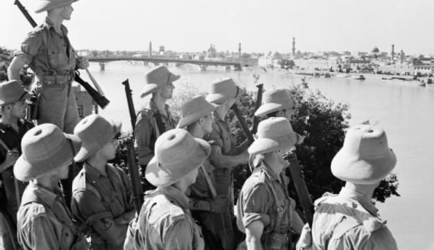 חיילים בריטים צופים אל בגדד, 1941. בירון קטן היה מתורגמן מערבית לאנגלית